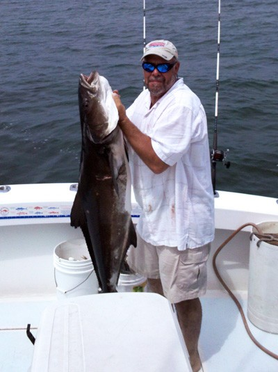 captain mike foto holding a cobia